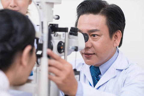 Patient taking eye exam with male optometrist